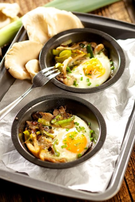 jajko zapiekane z boczniakami i porem